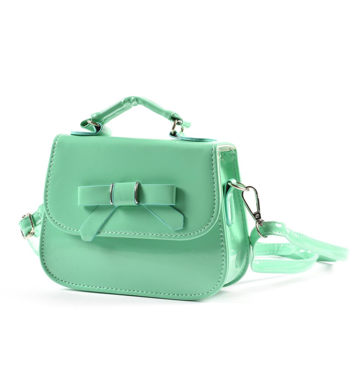 zöld táska lány