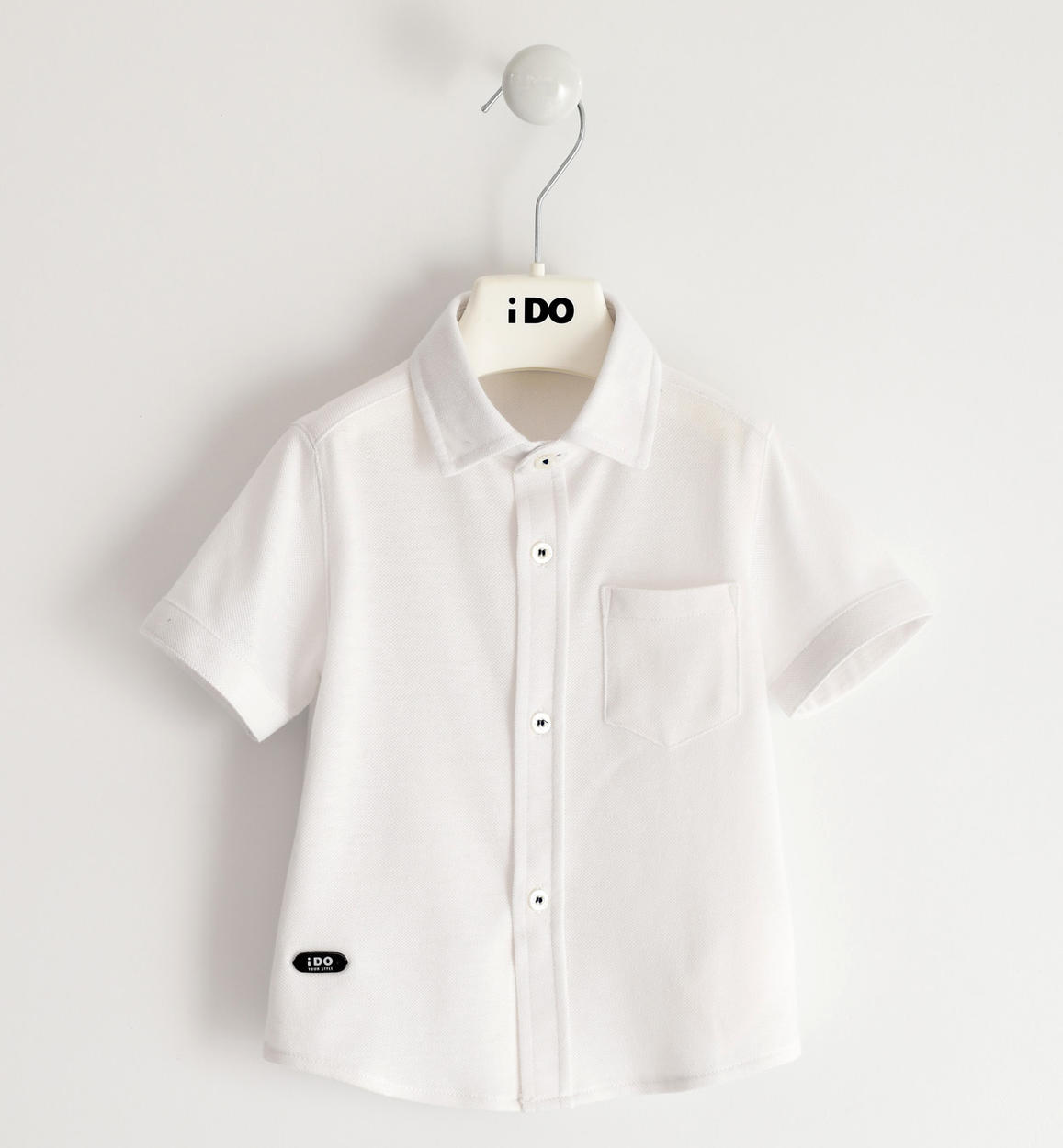 fiú fehér rövid ujjú ing