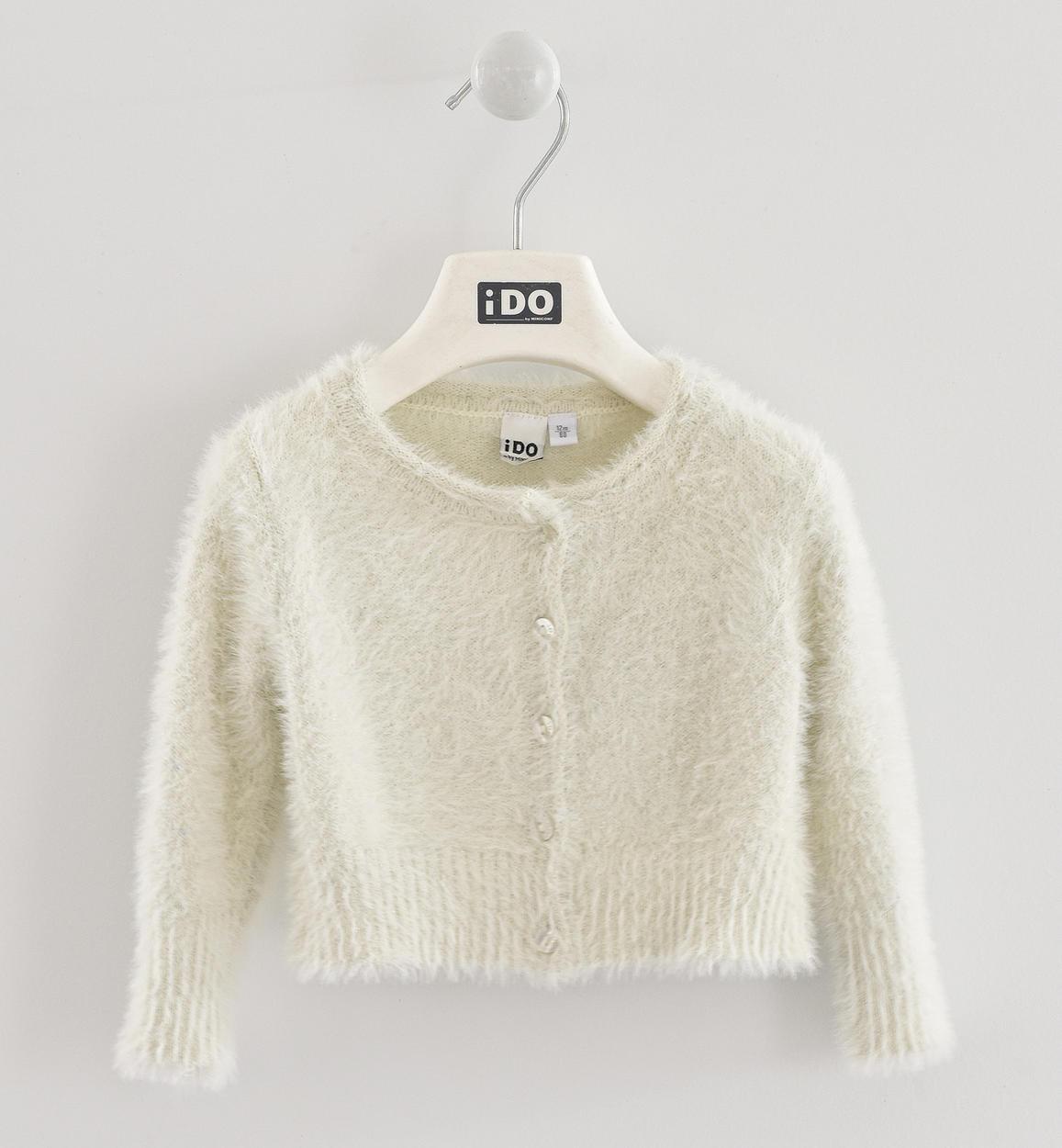 fehér szőrös pulóver
