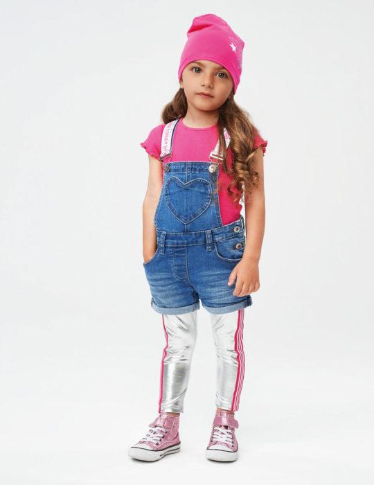 Farmer kantáros kislány rövidnadrág