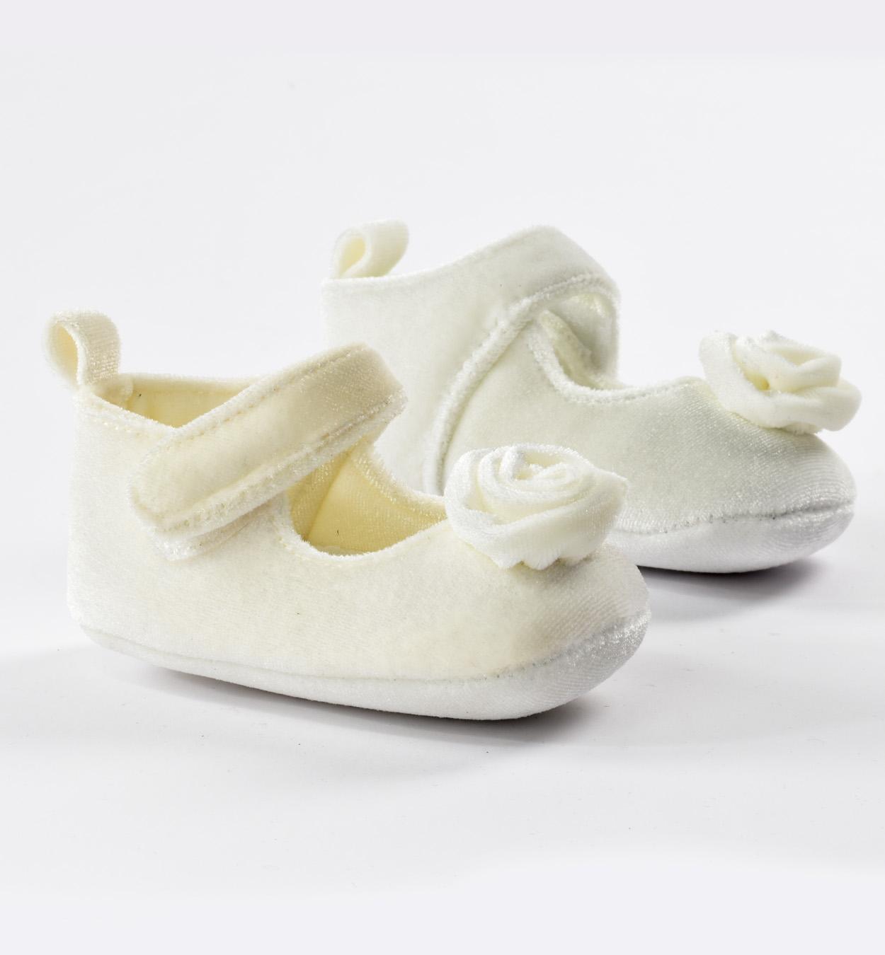 bébi kislány fehér nyitott kis cipő