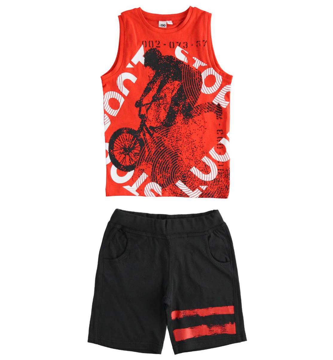 Piros trikós pamut szett fekete rövid bermuda nadrággal